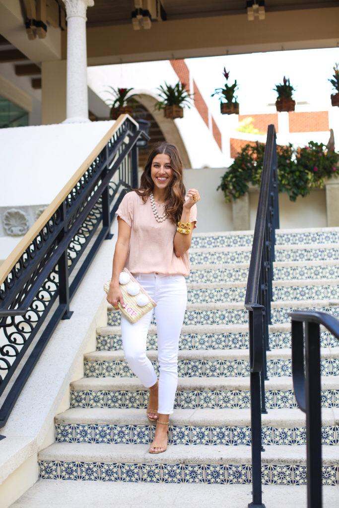 Pom Pom Clutch & Neutral Look white jeans